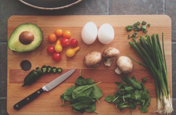 Ernährung: Holzbrett mit Gemüse