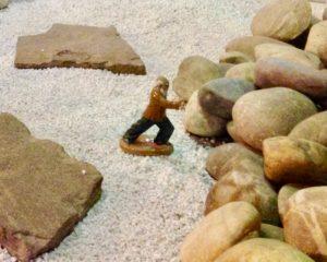 Kräutertherapie: Mann drückt gegen große Kieselsteine