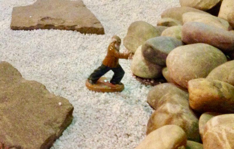 Kräutertherapie: Foto eines alten Mannes auf einem Weg, der gegen einen großen Stein drückt